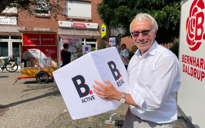 SPD-Bundestagskandidat Bernhard Daldrup zu Besuch mit Kaffee-Anhänger