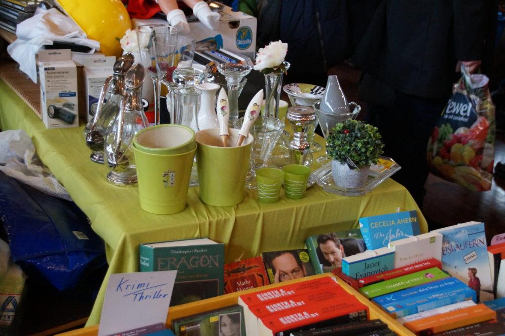 Tisch auf dem Frühlingsflohmarkt