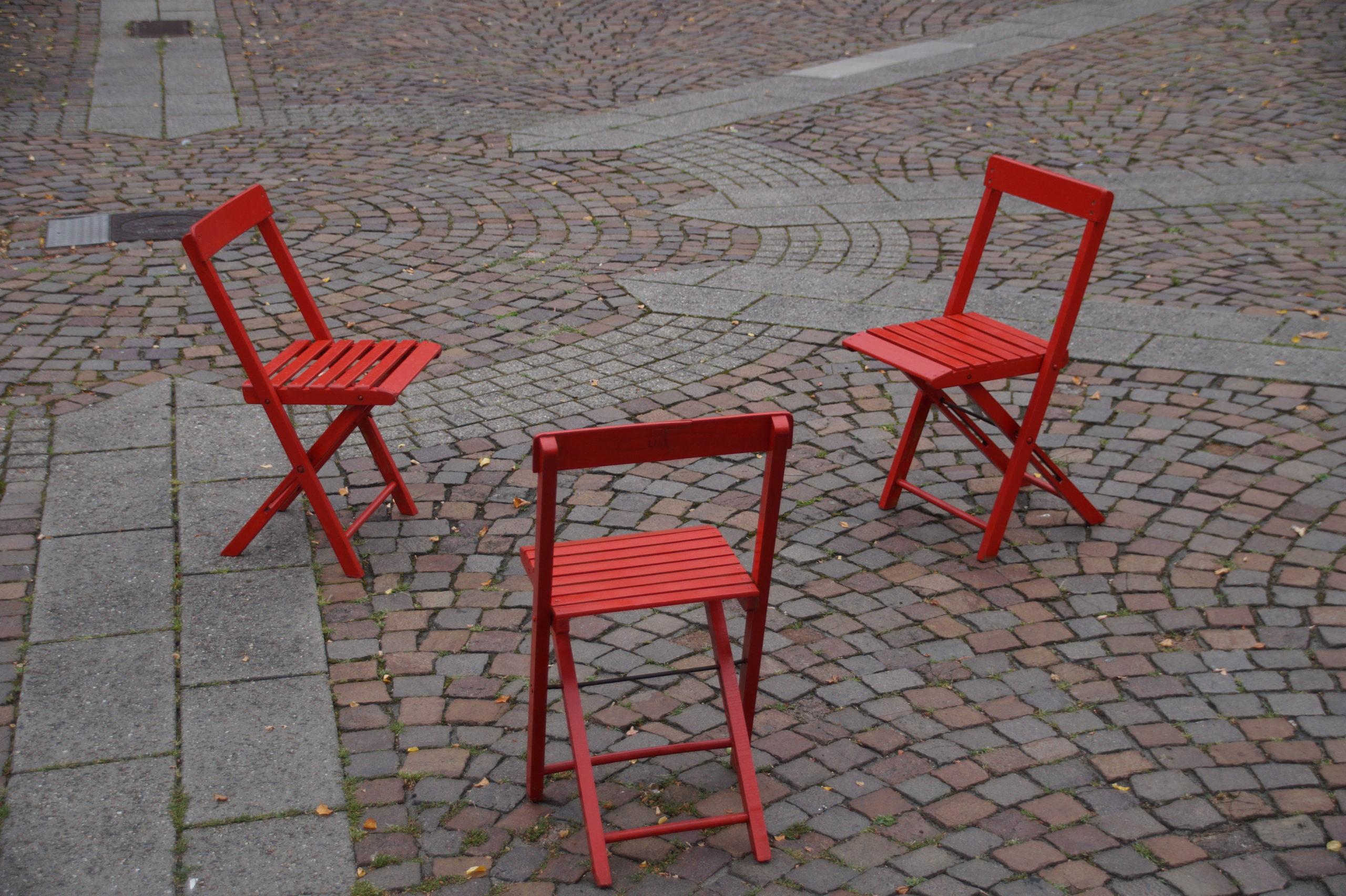 Drei Stühle die im Abstand von 1,5m im Kreis stehen