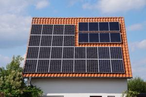 Solar- und Photovoltaikpanel auf einem Hausdach